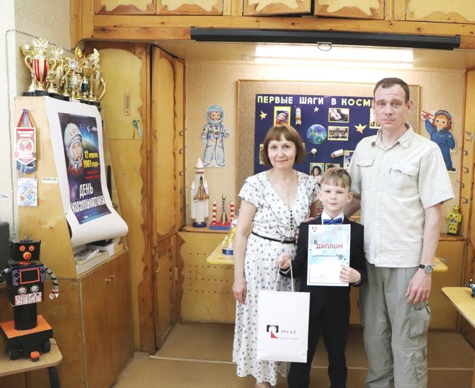 Yaroslav-Naumov-9-let-s-pedagogom--S.V.-Anisimovoi-i-papoi--kopiya.jpg